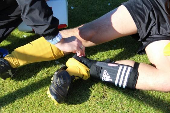Bitter! Sebastian Winkelmann und Christian Meyer verletzten sich im Spiel gegen Freienohl schwer.