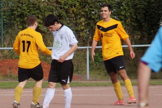 Phil Röttger (r.) freut sich über seinen Treffer zur 1:0 Führung gegen die SG Balve/Garbeck