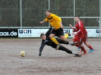 Kai Oberreuther spielt den Ball und wird anschließend unsanft gestoppt - Foto Westfalenpost