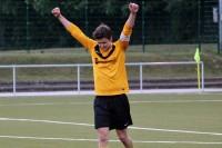 Kapitän Sebastian Schacht jubelt über seinen Treffer und den gelungenen Derbysieg.