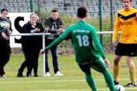 Unter den Derby-Zuschauern auch VFB-Stürmer Daniel Ginczek (m.).