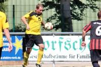 Dirk Mikolajczak trifft gleich doppelt im TuS-Trikot.