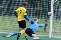 Torhüter geschlagen, doch der Pfosten rettete den Bezirksliga Aufsteiger.