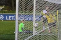 Rainer Müller köpft aus spitzem Winkel zum 1:1-Ausgleich ein.
